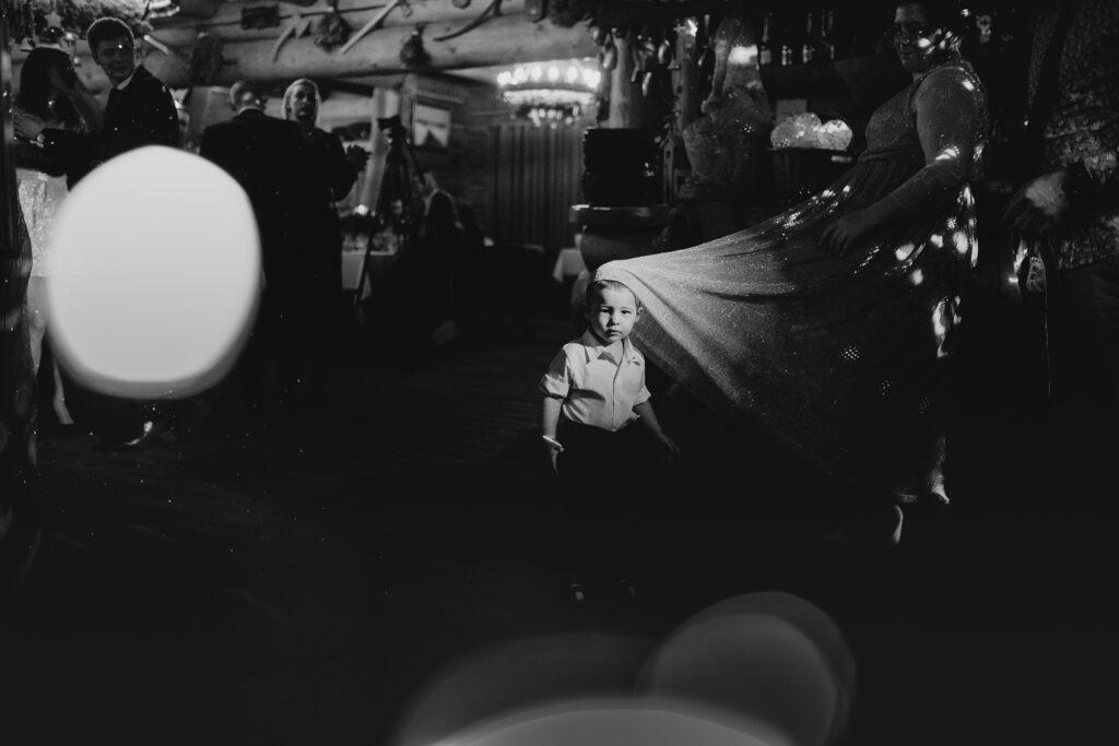 fotograf-slubny-poznan-paraobiektywni-reportaz-karczma-ochodzit