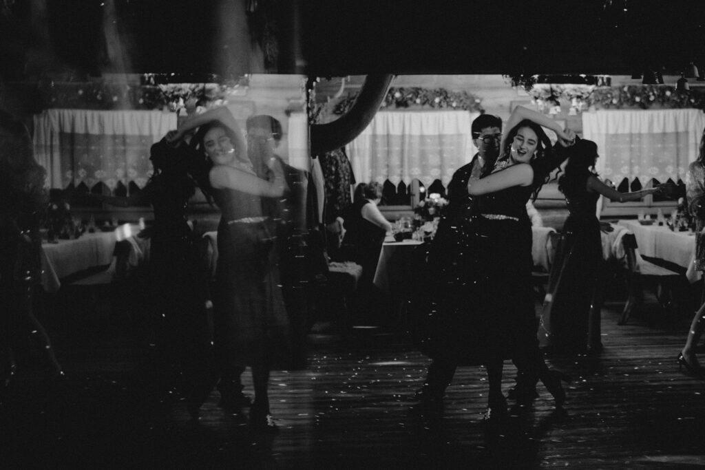 taniec-wesele-karczma-ochodzita-fotograf-poznan-paraobiektywni